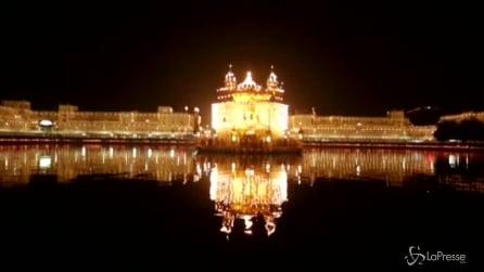 India, la festa sikh al Tempio d'Oro: fedeli in preghiera
