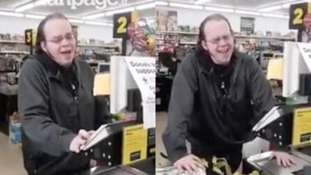 La sua voce vi darà i brividi: il cassiere del supermercato ha un talento straordinario