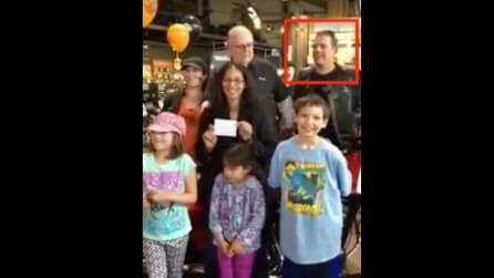 """In posa per una foto da inviare al papà militare: dietro di loro spunta un """"intruso"""" molto speciale"""