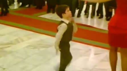Il piccolo bambino che dà spettacolo davanti a tutti: un ballerino provetto