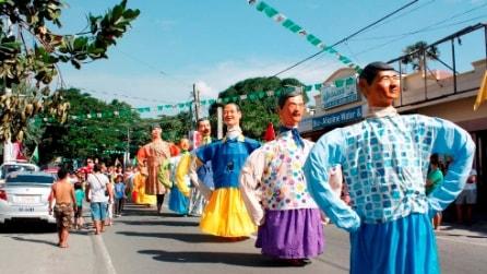 Filippine, la coloratissima festa per il patrono dei pescatori: migliaia di persone in strada