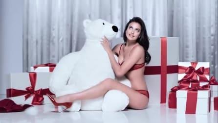 "Irina Shayk si trasforma in ""Mamma Natale"" per Intimissimi"