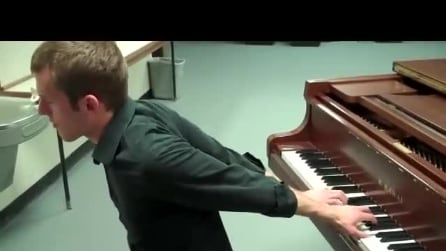 Uno straordinario artista che riesce a suonare il pianoforte anche girato di spalle