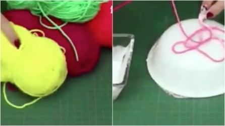 Srotola i gomitoli e appoggia i fili sulla ciotola rovesciata: un'idea facile e creativa