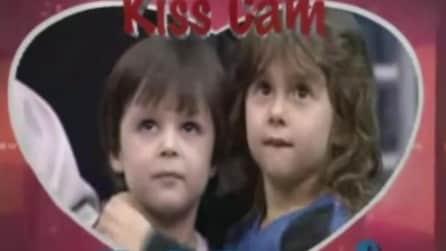 La Kiss Cam inquadra i due bambini: la loro reazione è tenerissima