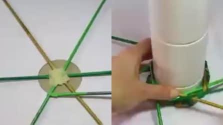 Fissa le cannucce al cerchio di cartone, poi intreccia: un'idea natalizia facile e creativa