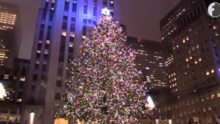 New York, la suggestiva accensione dell'albero di Natale del Rockefeller Center