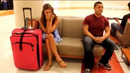 In aeroporto con il suo bagaglio, ma all'improvviso questa ragazza riceve una magnifica sorpresa