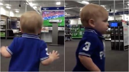 Filma suo figlio che corre nel negozio e cattura il suo primo bacio: resterete stupiti