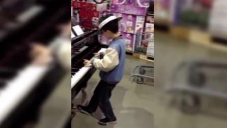 Bambino prodigio suona il pianoforte in un negozio: ciò che accade è pura magia