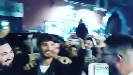 Napoli, Stefano De Martino inaugura un locale e i fan impazziscono per lui