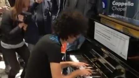 Napoli, lo spettacolo di Giovanni Allevi al pianoforte della stazione Garibaldi
