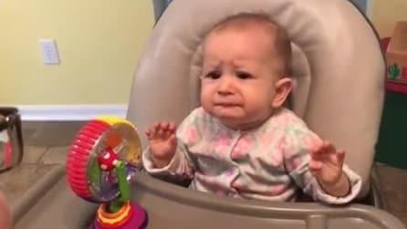 La bimba prova lo yogurt per la prima volta: la sua reazione è esilarante