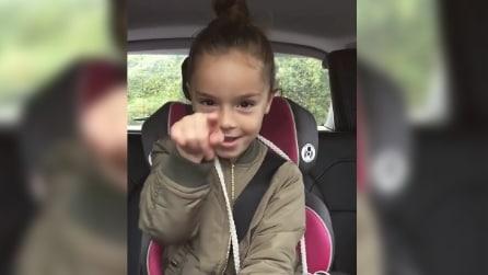 Una piccola star: la bambina si diverte e canta come una vera diva