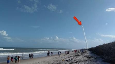Sono sulla spiaggia e all'improvviso si alza la colonna di fumo: parte il razzo per lo spazio