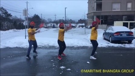 Spalano la neve, poi parte la musica: il balletto travolgente per aiutare i malati di SLA