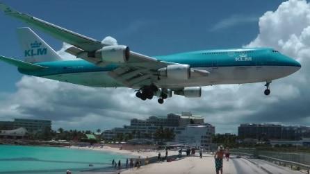 L'aereo sfiora la spiaggia piena di bagnanti: l'aeroporto di Saint Maarten è davvero incredibile