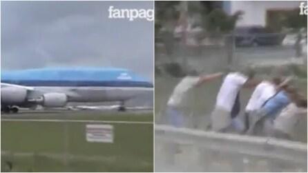I passanti assistono al decollo: quando i motori si accendono rischiano di essere spazzati via