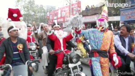 India, Natale dalle note orientali: la variopinta sfilata tra le strade di Jammu