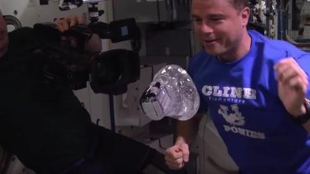 """Lo straordinario """"esperimento"""" nello spazio: la telecamera finisce in una bolla d'acqua"""