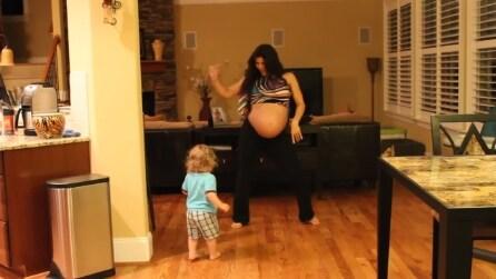 La mamma è al nono mese di gravidanza e balla insieme al figlio