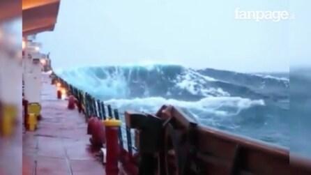 La tempesta si abbatte sul Lago superiore: onde impressionanti, filmate da un'imbarcazione