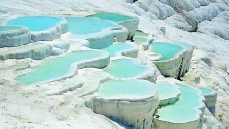 """La suggestiva Pamukkale, il """"castello di cotone"""" e le sue piscine"""