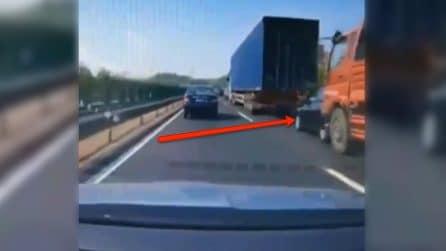 Auto schiacciata come un pancake nel traffico da due mezzi pesanti
