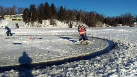 Un carosello sul lago: la lastra di ghiaccio gira come una giostra