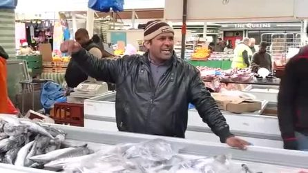 Il pescivendolo e la canzone per attirare clienti: al mercato è 'One Pound Fish'