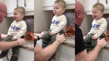 La risata del nonno è contagiosa: la reazione del bambino è esilarante