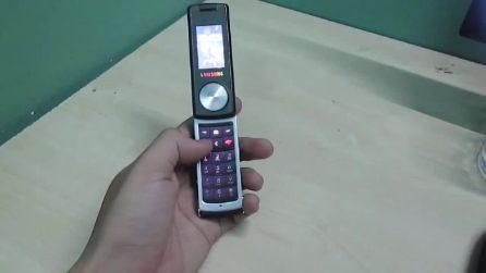 Un cellulare rarissimo che si apre e si chiude in modo unico