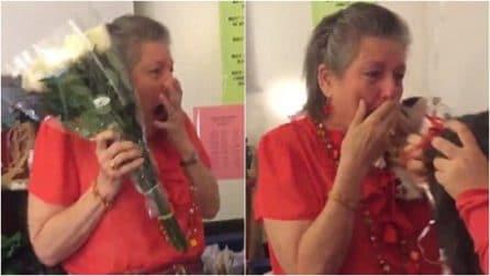 Triste dopo la morte del suo gatto: studentesse sorprendono l'insegnante in modo unico