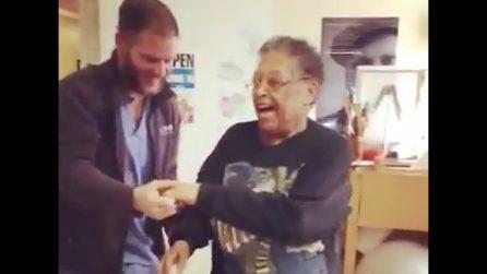 L'infermiere balla insieme all'anziana paziente: una scena dolcissima