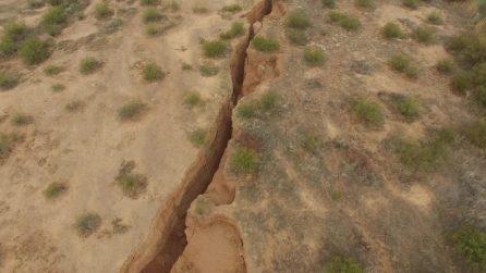 Enorme crepa nel deserto dell'Arizona: le incredibili immagini del drone