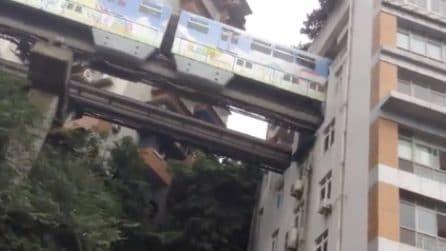Incredibile: la metropolitana passa dentro i palazzi