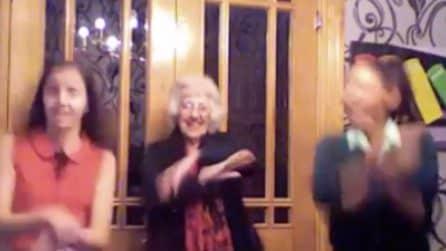 Ha 83anni e balla con le nipoti Gangnam Style. La nonna si scatena