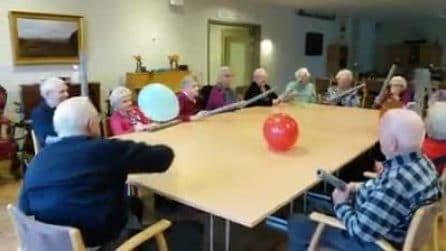 Gli anziani giocano con i palloncini in una casa di riposo