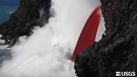 """Una """"lingua di fuoco"""" finisce nell'oceano: la spettacolare colata della lava nell'acqua"""