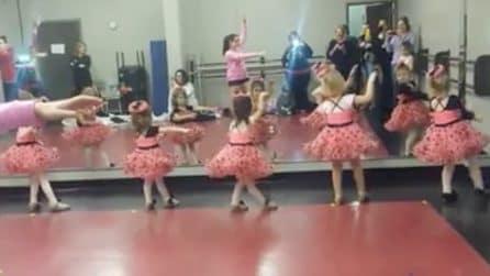 Le baby ballerine ripetono i movimenti dell'insegnante: una scena dolcissima
