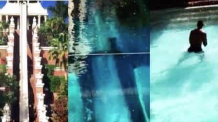 Si butta da uno scivolo ripidissimo: l'adrenalinico salto nell'acqua