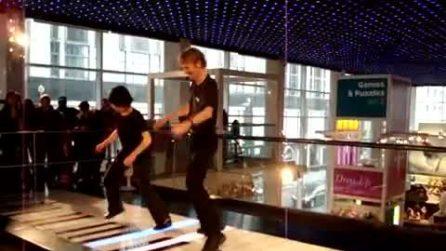 Suonano il pianoforte saltandoci sopra: uno spettacolo fantastico