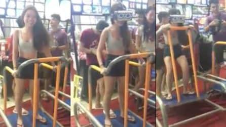 Gioca con la realtà aumentata, la reazione esilarante della ragazza