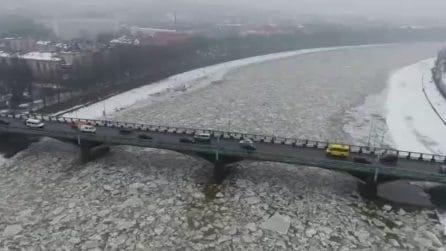 Il fiume ghiacciato si scioglie, lo spettacolo che si crea è bellissimo