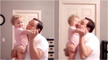 Baby tango: il papà e la sua bambina ballano insieme, una scena dolcissima