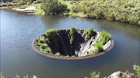 Il buco nel lago a forma di imbuto: l'ingresso del tunnel nell'acqua è spettacolare