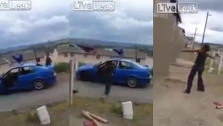 Rompe a sassate i vetri della macchina: la donna è furiosa