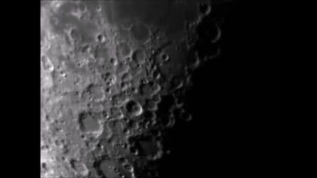 La superficie lunare: dettaglio di mari e crateri visti dalla Terra