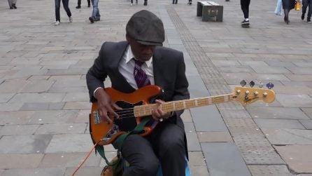 Suona il basso in modo divino tra i passanti: la straordinaria performance dell'artista di strada