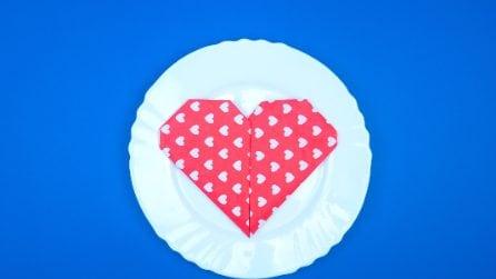 Un'idea romantica: ecco come realizzare un tovagliolo a forma di cuore
